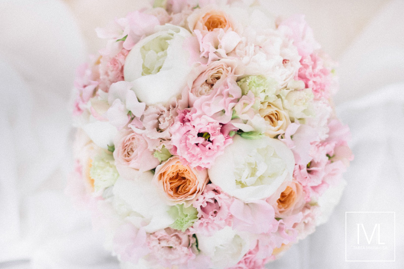TML TABEA MARIA-LISA schloss thun hochzeitsfloristik hochzeitsdekoration brautstrauss floral design wedding styling urban modern luxe wedding rosa peach weddingflowers-2