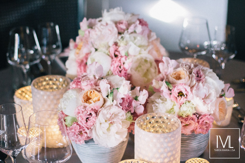TML TABEA MARIA-LISA schloss thun hochzeitsfloristik hochzeitsdekoration brautstrauss floral design wedding styling urban modern luxe wedding rosa peach weddingflowers-58