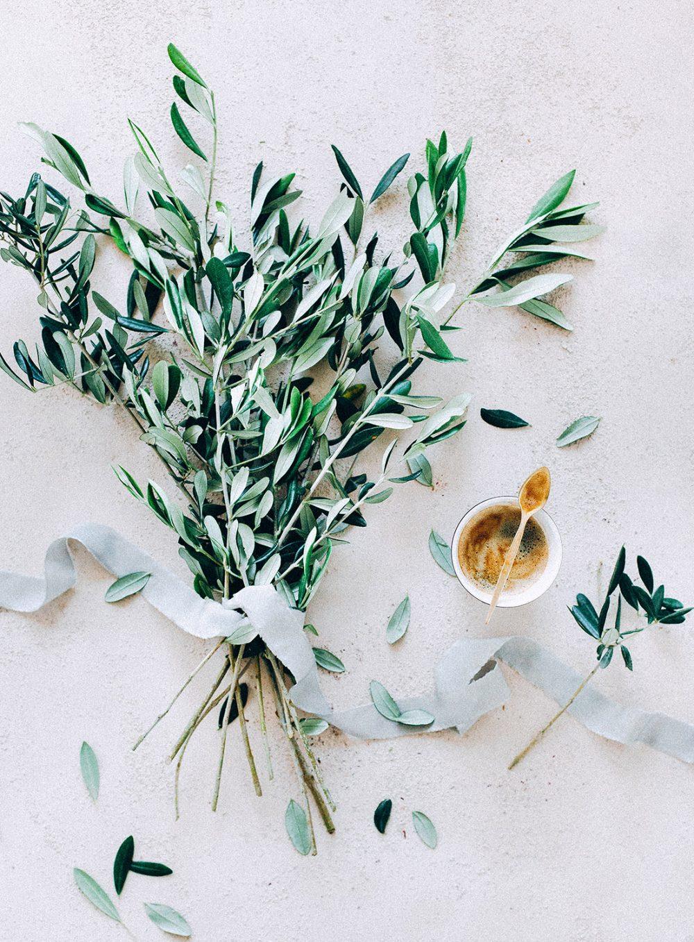 Fine Art Flatlay Wedding mat.kb Olivenzweige Oliven Floral Designer Coffee Heiraten Schweiz Hochzeitsdekoration