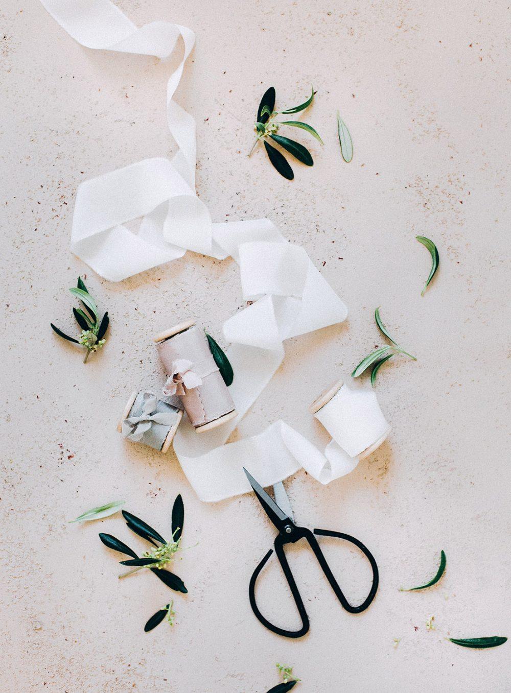 Fine Art Flatlay Wedding mat.kb Froufrou Chic Satin Band Ribbon Silk and Willow Switzerland Floral Designer Coffee Heiraten Schweiz Hochzeitsdekoration