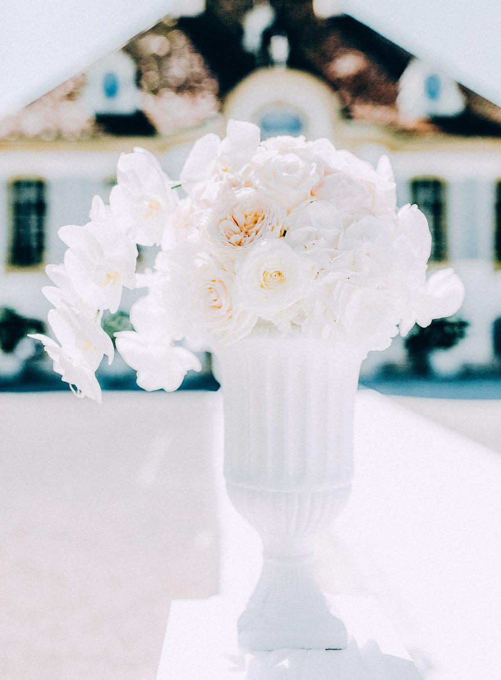 Hochzeit Schloss Gümligen Orchideen Rosen weiss freie Trauung Blumen Tabea Maria-Lisa Schlosshochzeit Luxus Hochzeit Luxury Wedding Floral Designs Decor white heiraten Brautstrauss