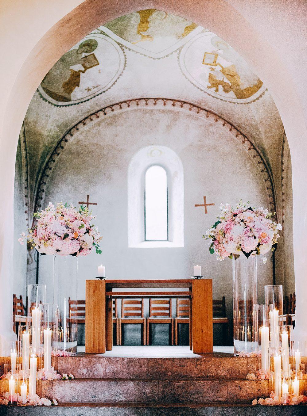 Wedding Floral Designer Apricot Lazariterkirche Gfenn Zurich Zeremoniedekoration Ceremony Flowers Blumen Kirche Hochzeit Tabea Maria-Lisa