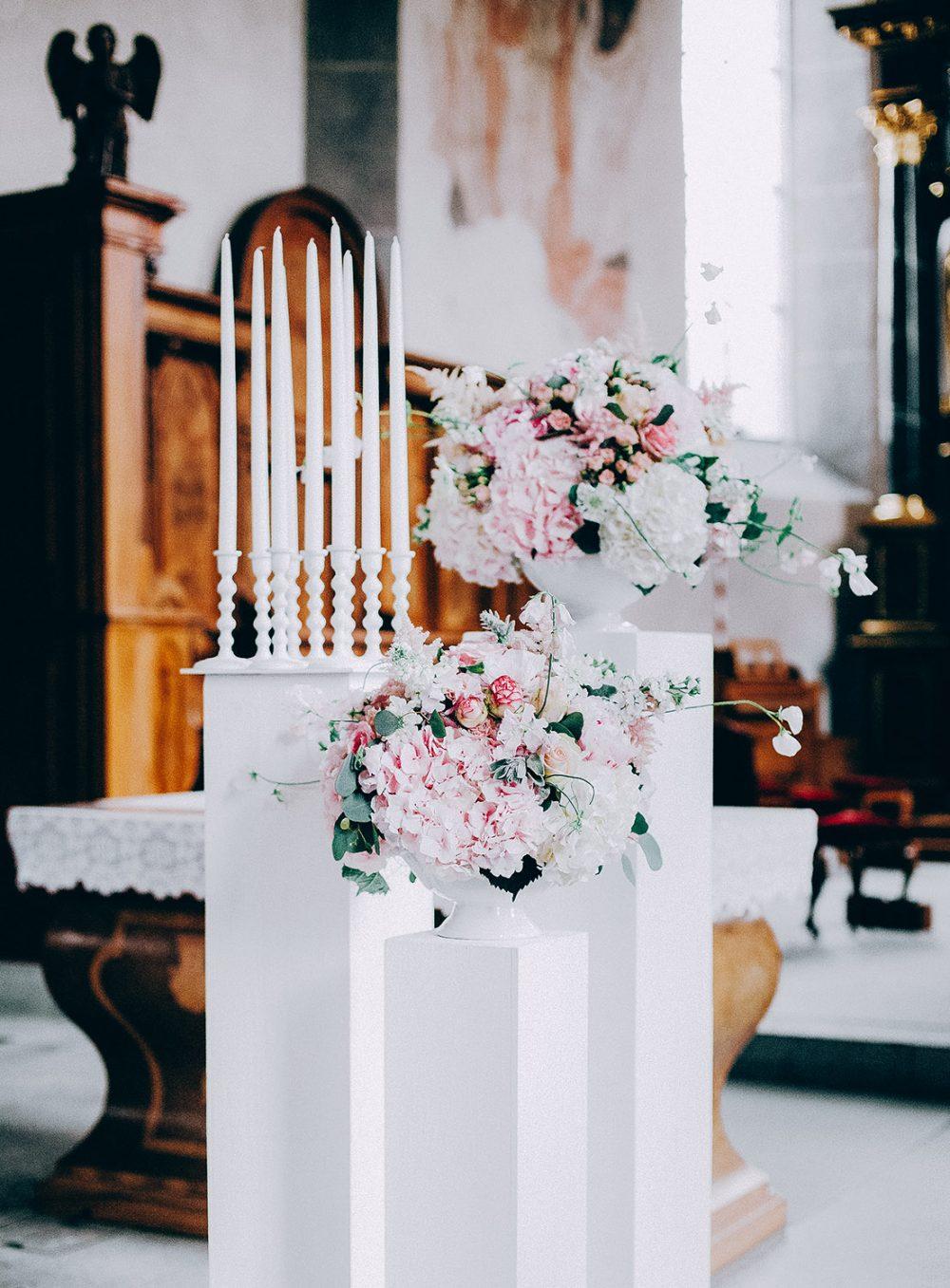 Vintage Hochzeit heiraten Schweiz Zürich Bern Aarau Gstaad Tessin Kirche Blumen Tabea Maria-Lisa Hortensien Rosen Wicken Kerzenständer