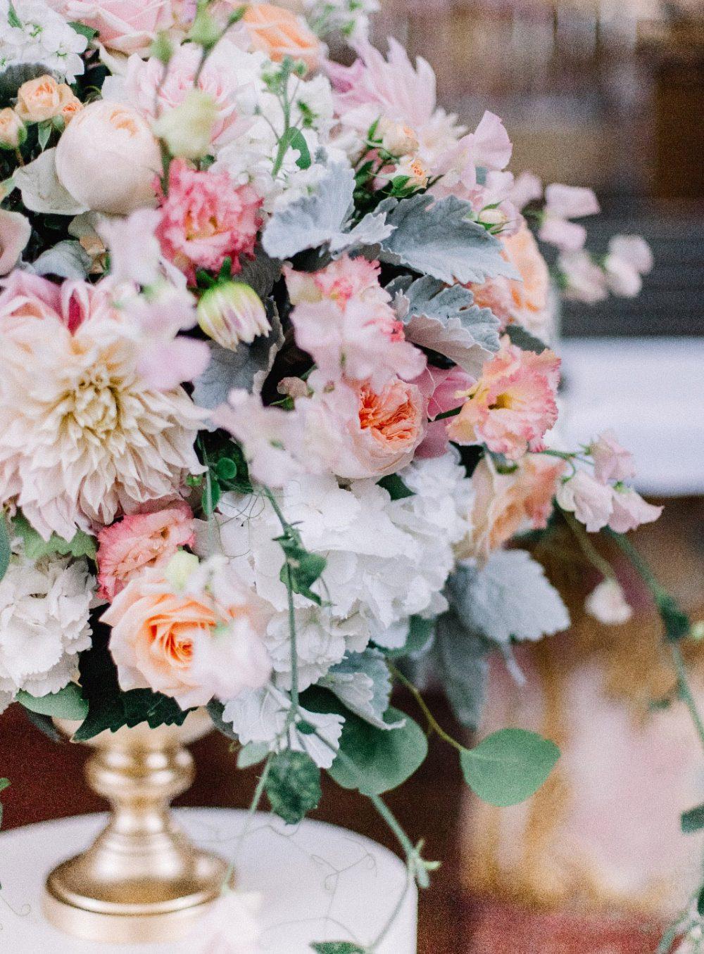 Hochzeit Klosterkirche Muri Lake Lucerne Wedding Blush Rosa Zartrosa Grau Weiss Apricot Peach Hochzeitsblumen Schweiz Floristik und Dekoration Tabea Maria-Lisa Dahlien