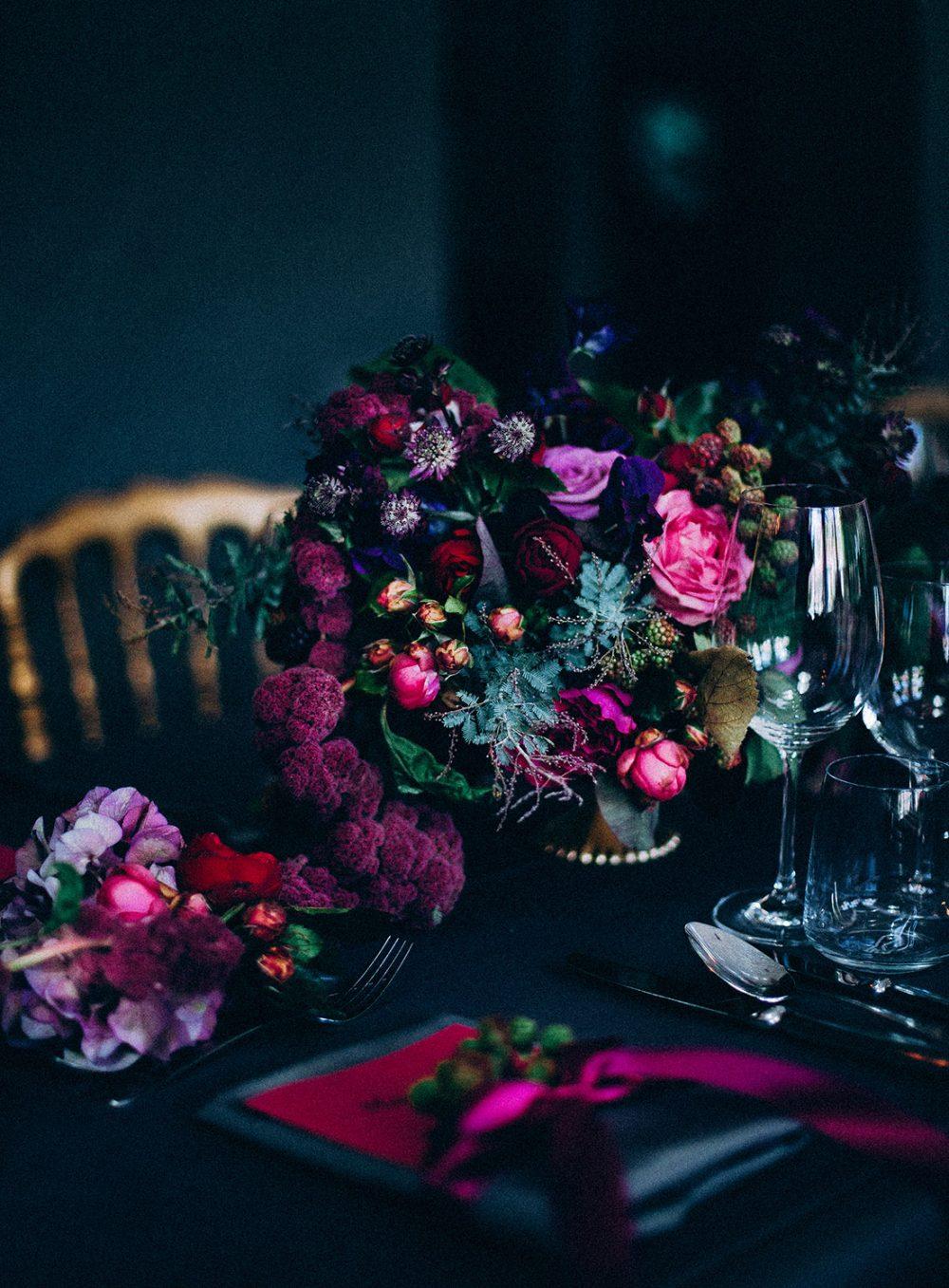 Tabea Maria-Lisa Dunkle Hochzeitsdekoration moddy colors for wedding gold rot pink violett lila Hochzeitsdekoration