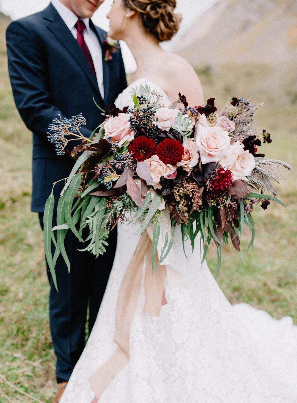 Fineart Bouquet Wedding Hochzeitsdekoration Braustrauss rot grün weiss moderne Hochzeit