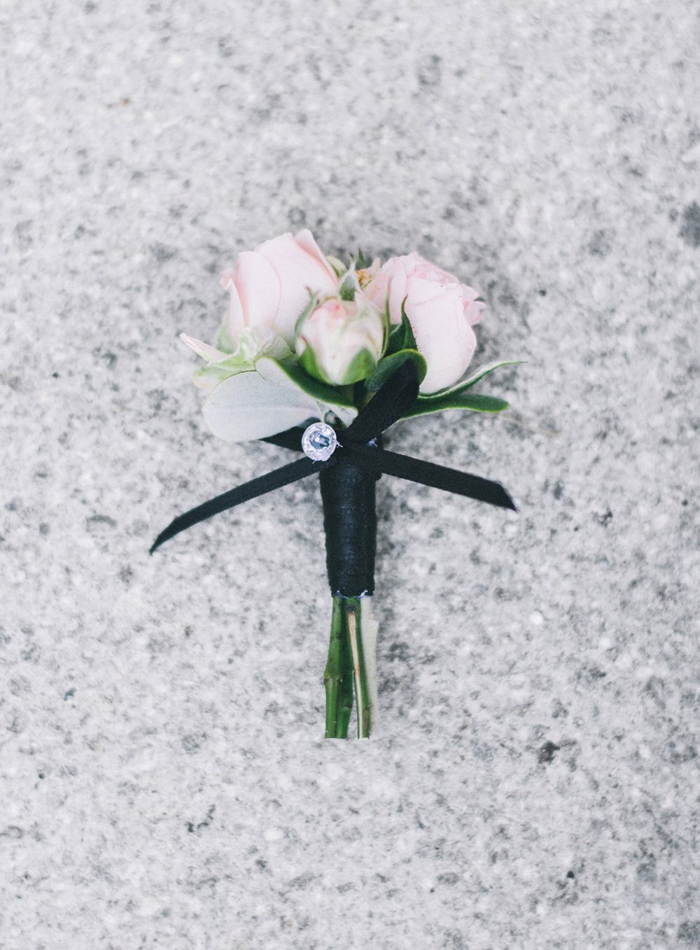 Braut Bräutigam Blumen Anstecker Zürich Bern Gstaad Luzern Aarau Floristik und Dekoration Hochzeit Wedding Floral Design Tabea Maria-Lisa schwarz vierwaldstättersee