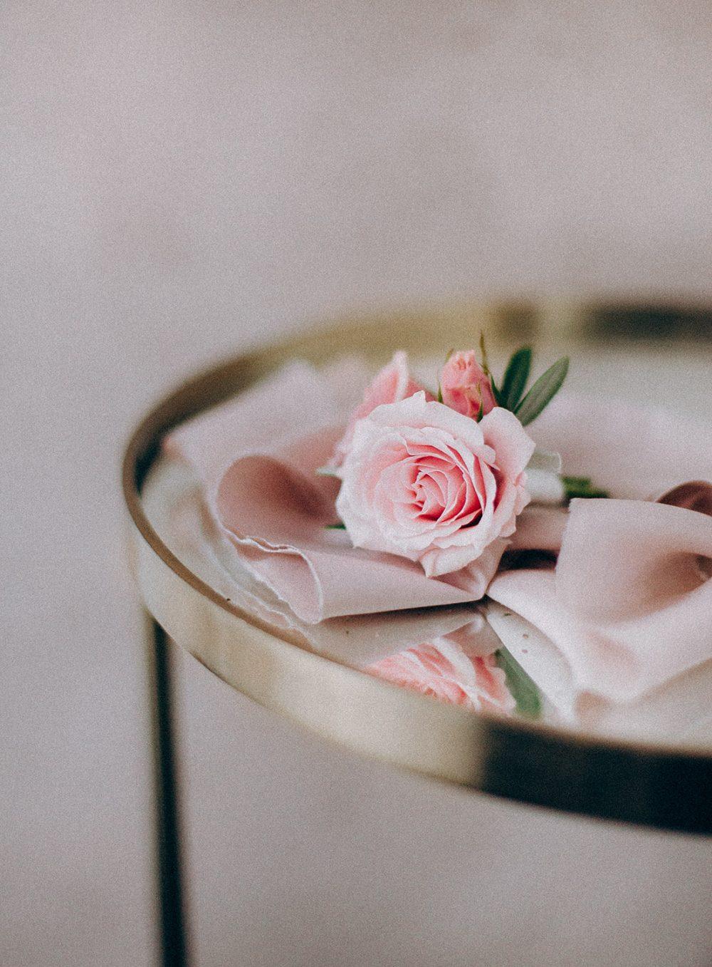 Anstecker Boutonniere Bräutigam Blumen Hochzeit Heiraten Schweiz Hochzeitsdekoration rosa Zürich Bern TML