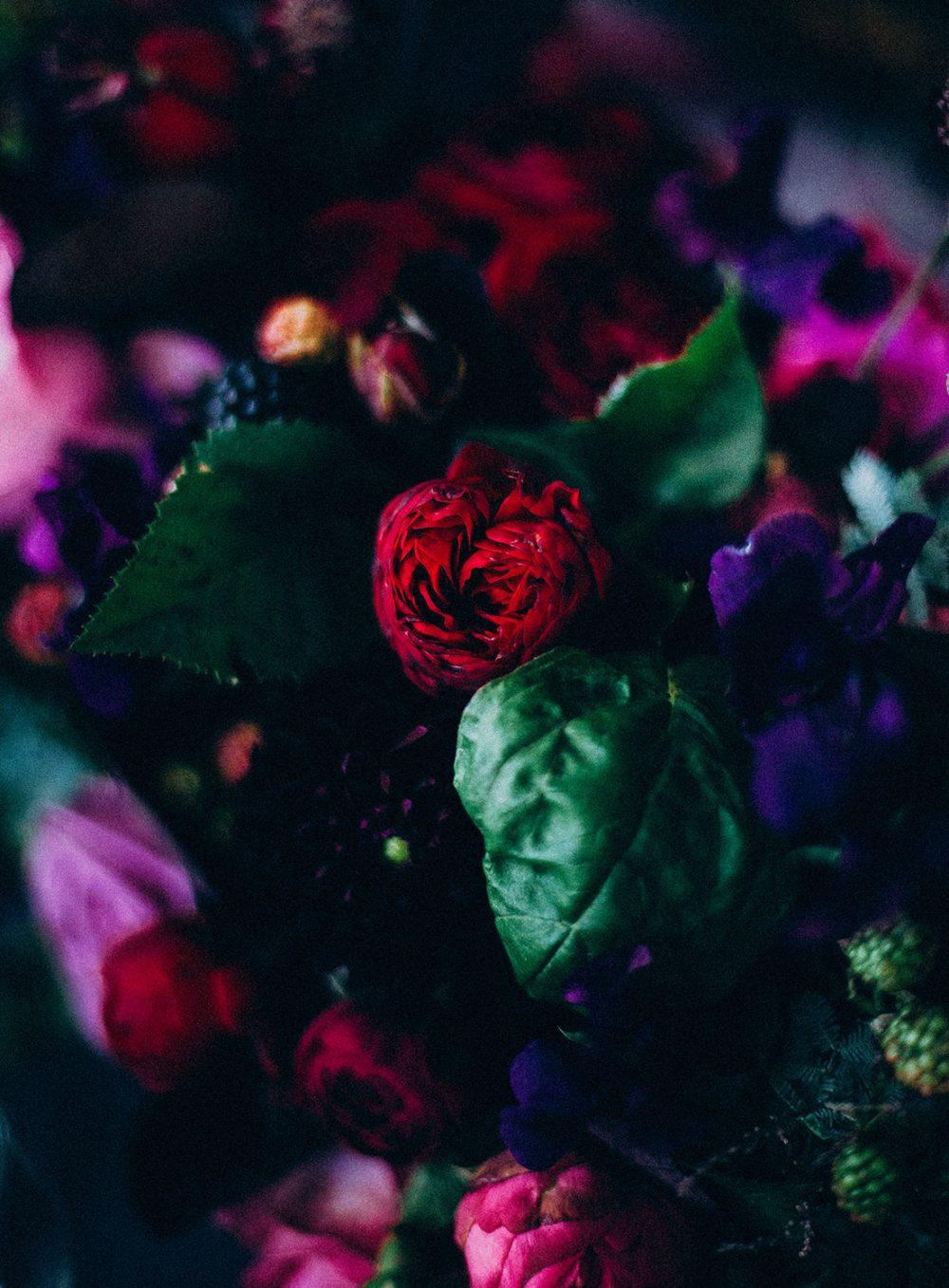 Hochzeitsdekoration Brombeere Rote Rosen Lila violett Blumen moddy flowers wedding